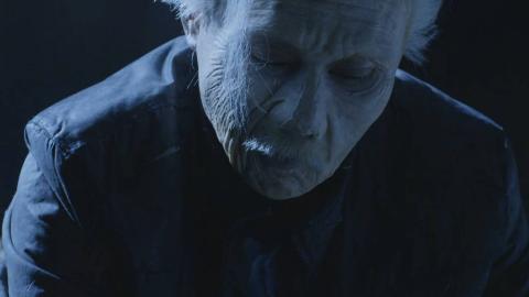 惊悚电影:男子为母亲守灵,突然自己变老,原来都是不孝惹的祸