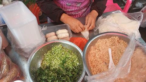 70岁的阿婆在街边卖糖葱润饼,皮薄馅多,这才是地道的闽南古早味