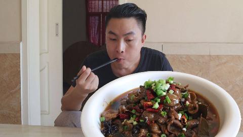 79元买了3斤肥肠来红烧,李涛娃烧了一大盆,用米饭拌着吃,过瘾