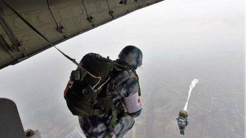 如何帮助空降兵最快学会跳伞?解放军教官:直接往屁股上踹一脚