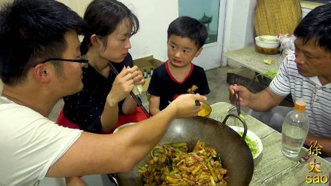 两斤牛蛙烧一锅,大sao做干锅牛蛙,第一次吃,自己吃一锅,过瘾