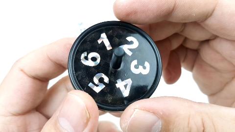 骰子每次都会预言出陀螺的点数,如何做到的?拆开后就知道答案了