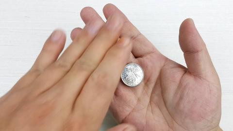掌心的硬币是如何消失的?1分钟学会最基本的魔术道具如何使用