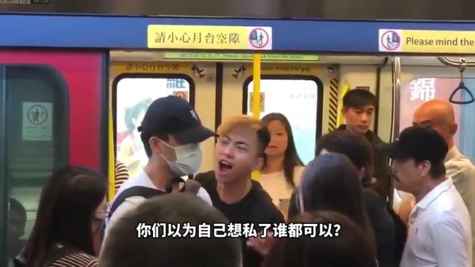 暴躁香港小哥怒怼堵门黑衣人:你们不搞事就不会死人!