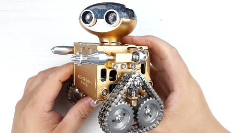 157个金属零件耗时2小时,组装出可用手机控制的玩具机器人