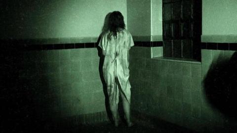 一部超逼真的伪记录恐怖片,作死团队夜宿精神病院,全程高能