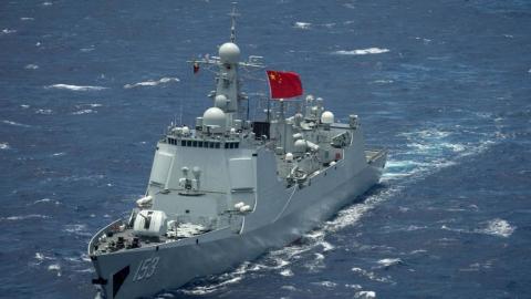再不滚蛋就击沉!西安舰遭英军护卫舰照射,反响锁定闪瞎对方雷达