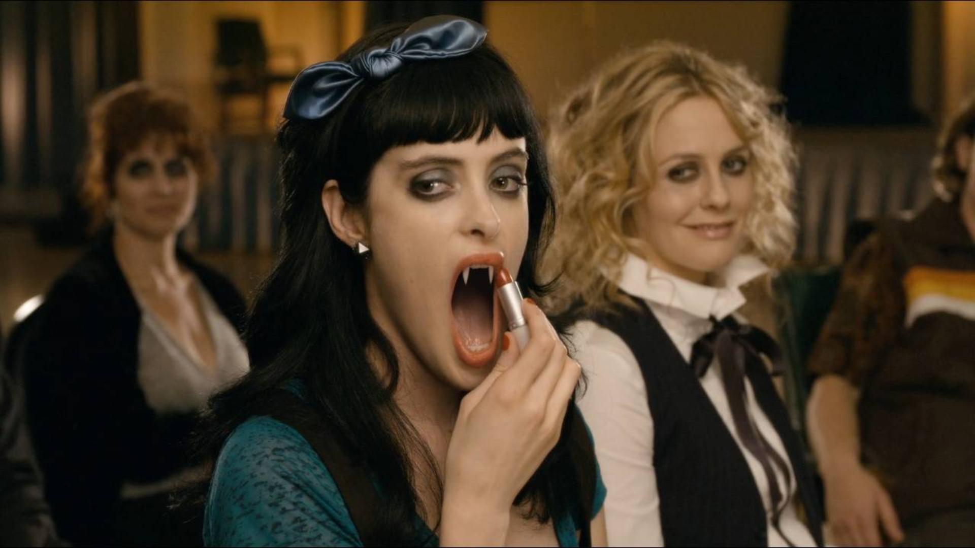 为和男孩约会,吸血鬼女孩学涂口红,可一张嘴就尴尬了