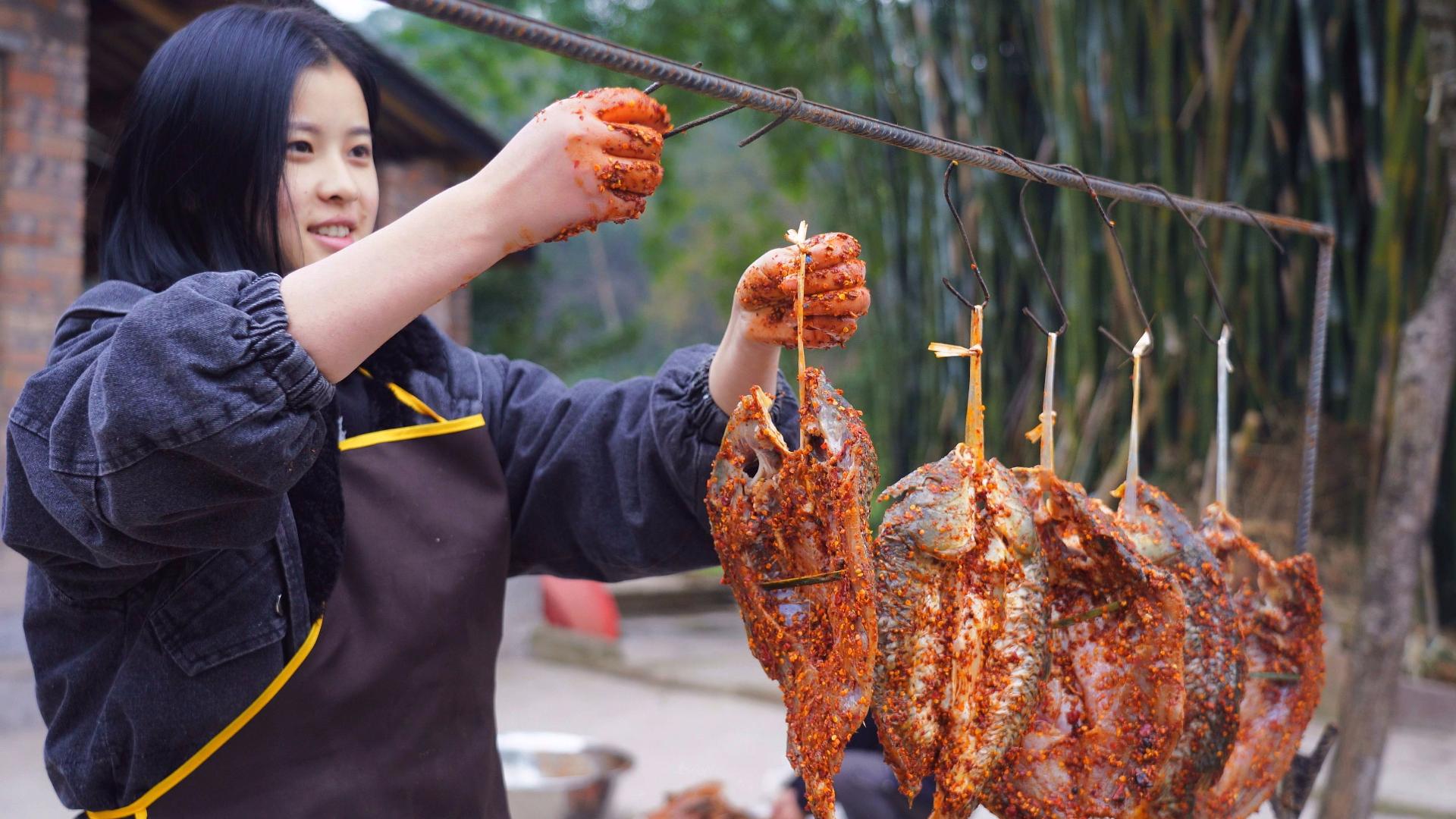 漆二娃vlog:腊鱼腌制好了,又抹了不少花椒和辣椒防止猫偷吃
