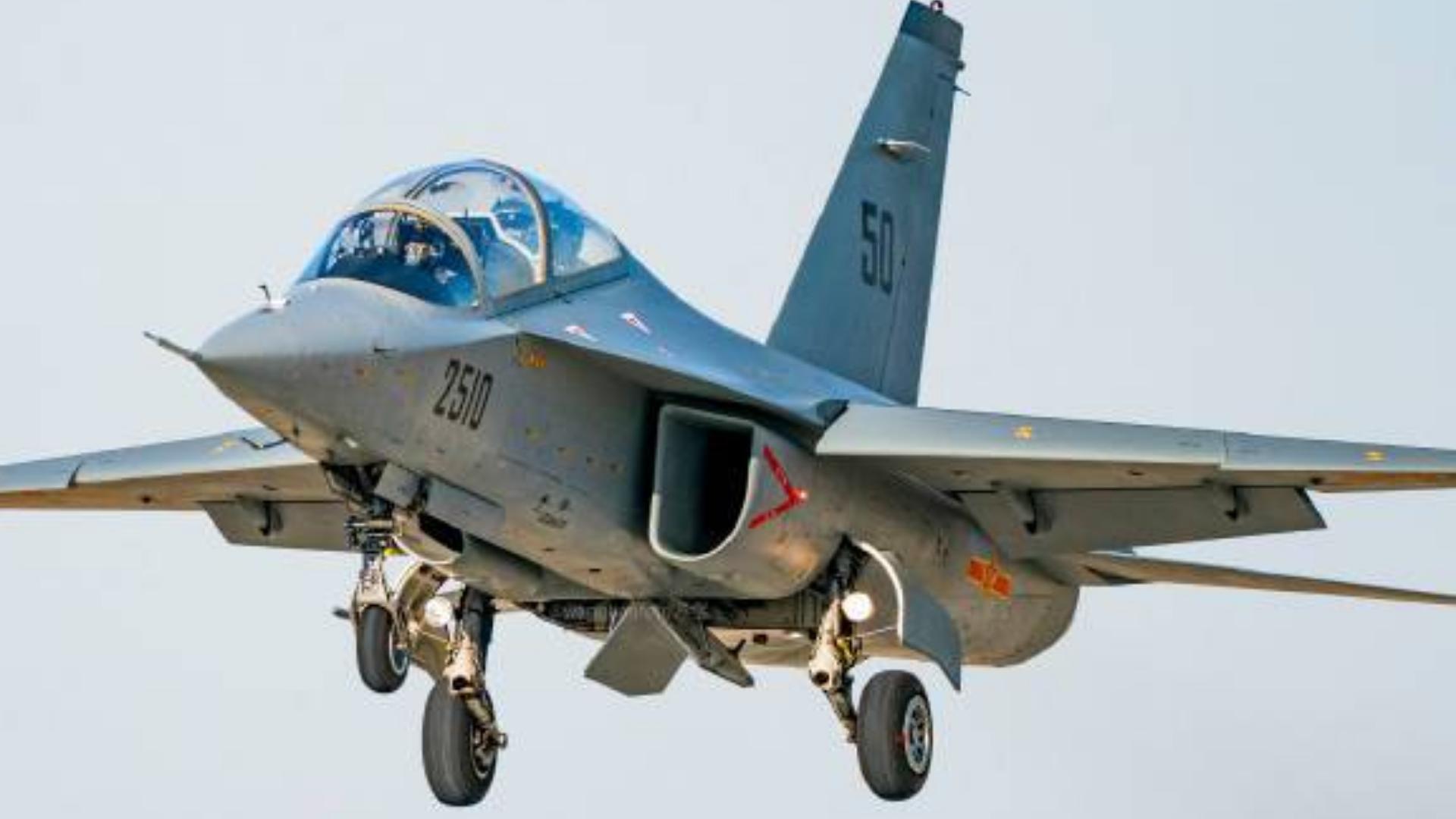 空军首批教-10飞行学员展开飞行训练