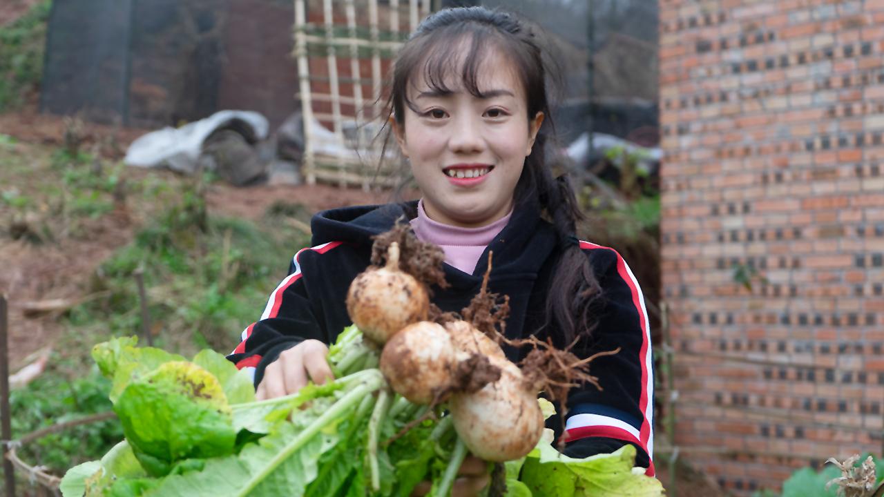 美味的白萝卜炖鸡,这鸡汤颜色太好看了,冬天喝汤很暖和
