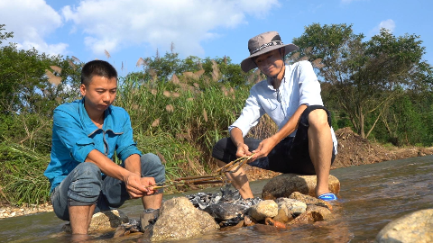 华农兄弟:抓了点黄鳝在小河边烤,这玩意越烤越香,很好吃哦