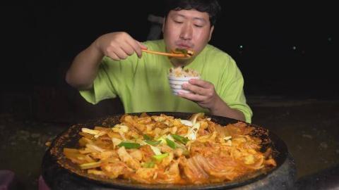 中字:韩国吃货兴森,吃泡菜炖猪肉,这么一大锅,胃口太好了