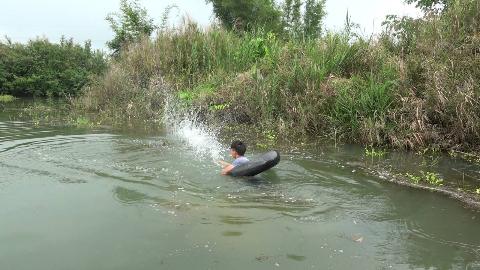 小伙发现河里黑压压一群野鱼,撒一网试试,收获太棒了!