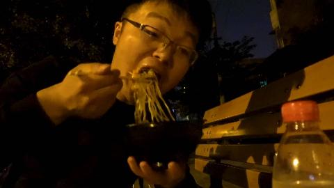 深夜撸串,大sao巧遇国外友人,最后大街上吃炸酱面吸田螺,过瘾