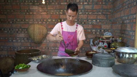"""厨师长教你:""""葱香鲫鱼""""的家常做法,味道鲜美,先收藏起来"""