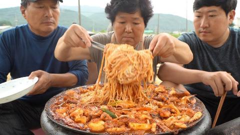 【兴森一家】锅盖上辣乎乎的章鱼和小面