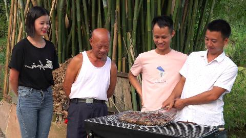 兄弟带来的竹鼠其中一只很凶,所以只能多放点辣椒和孜然烤着吃了
