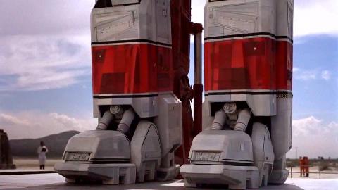 未来人类发明了巨型机器人,双腿比楼房都高,战斗力超高!