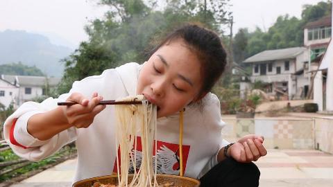 秋妹今天煮了螺蛳粉,臭味不比臭豆腐差,一次吃一盆,绝对重口味