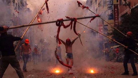 一群裸男主动让鞭炮炸?一十八线小县城火龙祭了解一下