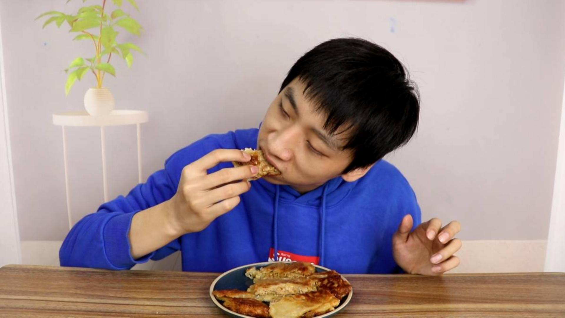 """小伙自制家庭版""""猪肉酥饼""""皮用手抓饼代替,酥脆可口太好吃了"""