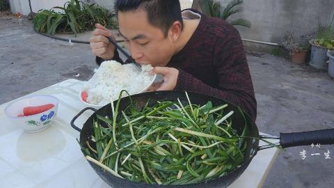 一锅凉拌韭菜,两斤米饭,拌着红油吃着真爽