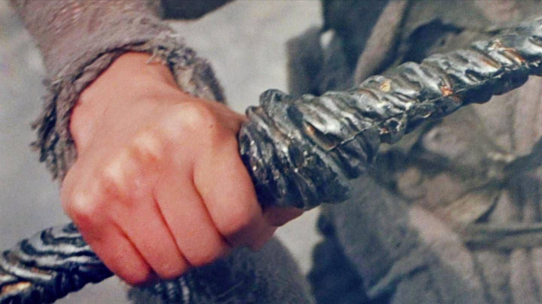 电影: 傻小伙捡到一把生锈的剑, 以为是废铁, 没想到是神器!