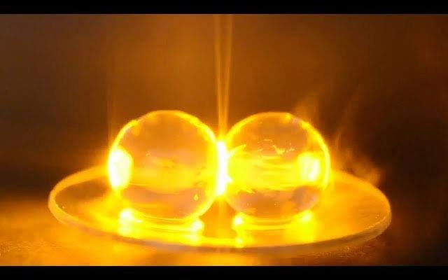 油管大神Derek Muller用科学实验为你解答,为什么两颗葡萄放进微波炉会变成等离子体?