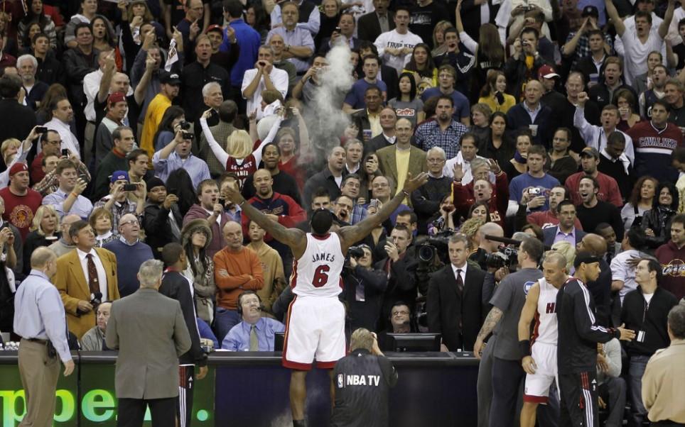 NBA史上现场氛围最恐怖的一场? 詹姆斯三次重返克利夫兰球迷反应对比!