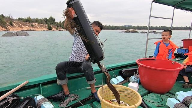 """海鳗笼""""哐哐""""不停倒出好货, 船上的小孩兴奋得大叫, 今天又有赚"""