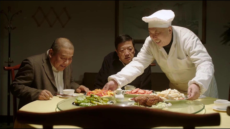 生活: 工人们吃面条, 厂领导批评厨子给自己开小灶, 对话太搞笑