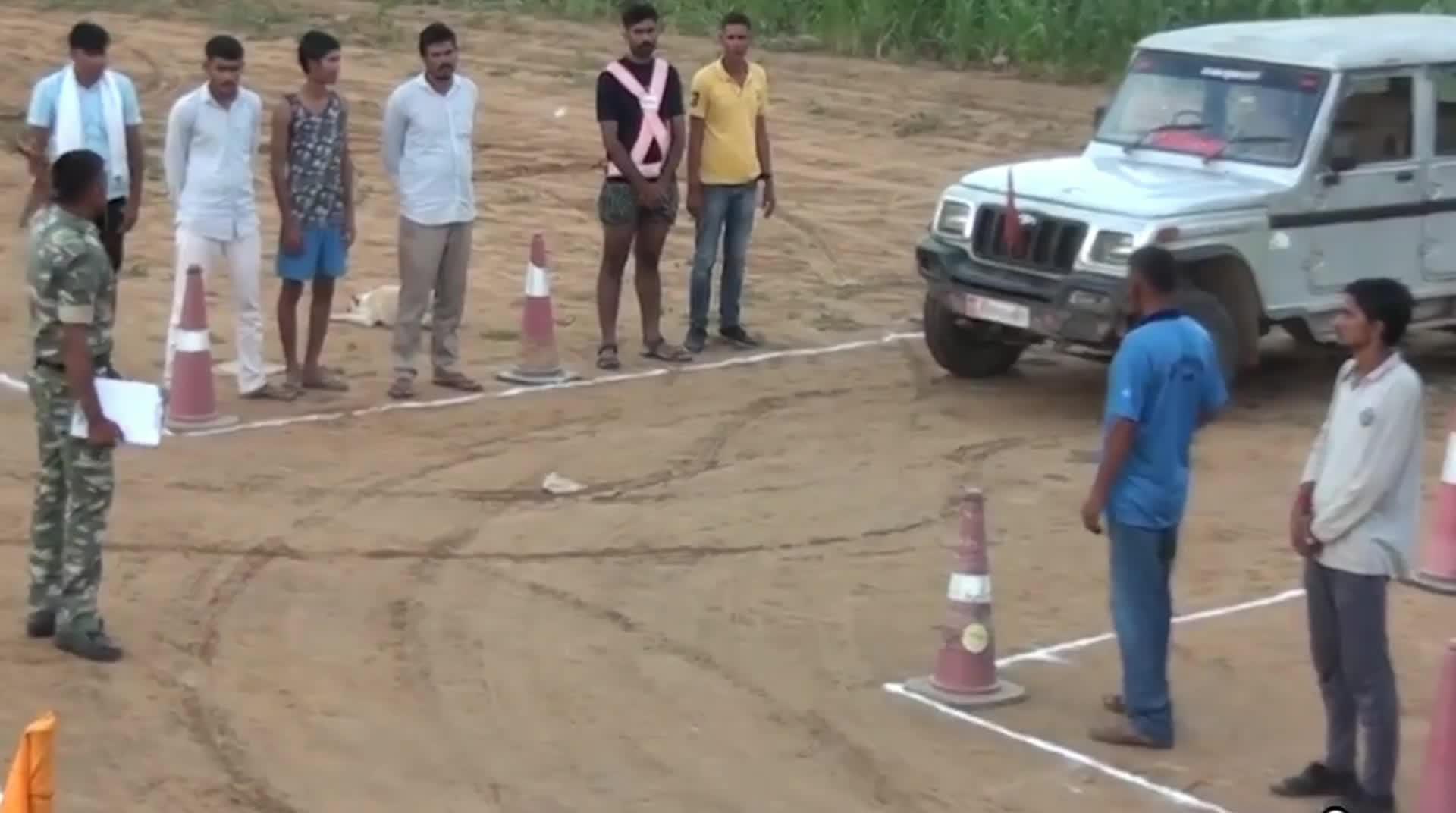 印度警察驾考只考两个项目, 中国考生感慨: 印度警察驾考太水了