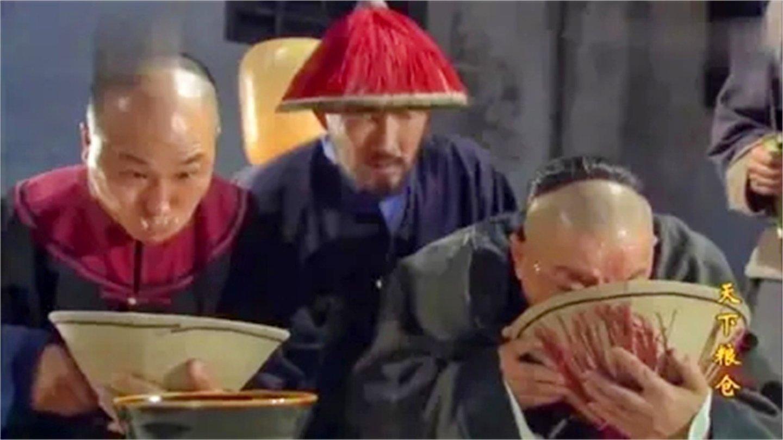 天下: 官仓的米掺假, 米大人让贪官生吞沙子, 不吃当场砍死!