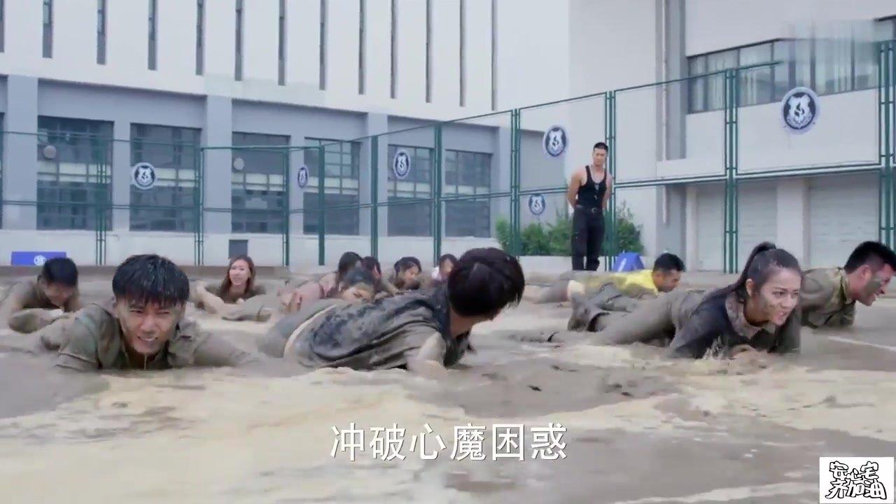 麻辣变形计: 女生穿着裙子来训练营, 不料一来就要爬泥潭, 尴尬了