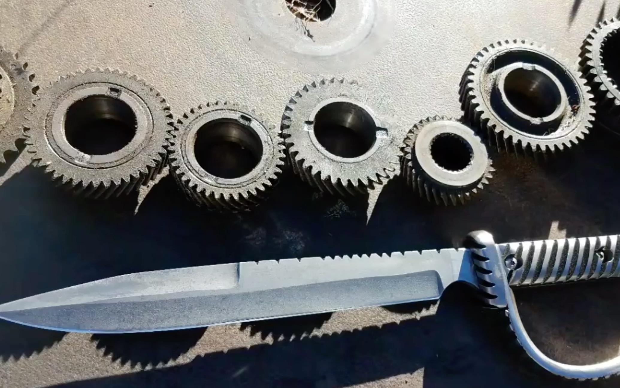 用旧齿轮锻造一把带护手的刀
