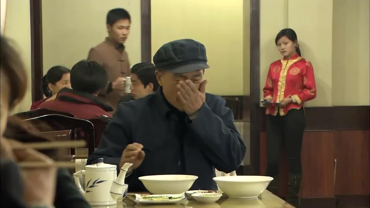 农村老人吃饭没带钱被老板扣留, 儿子闻讯赶来当场暴打老板, 解气