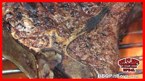 【soso字幕】美国佬土豪BBQ吃法 引火桶烤T骨牛排 @Sofronio