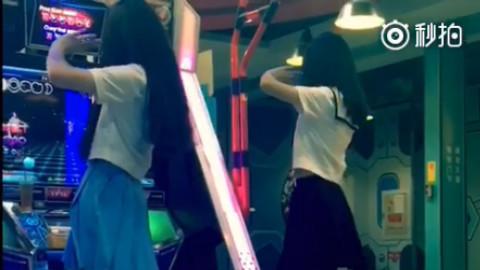 在电玩城两个一起玩跳舞机的校服美少女萌妹子!!!