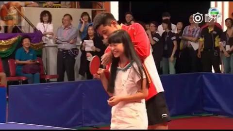 张继科香港奥运表演赛教小女孩打球视频片段,撩翻全场