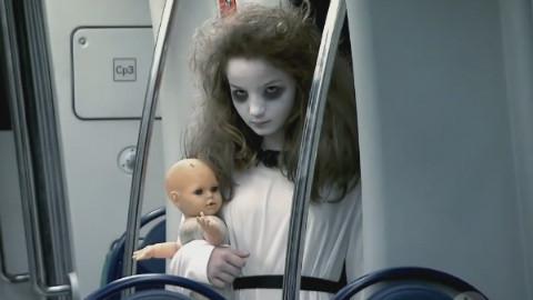 地铁恐怖扮鬼恶作剧 用生命在吓人 众人脚软趴地躲椅子下