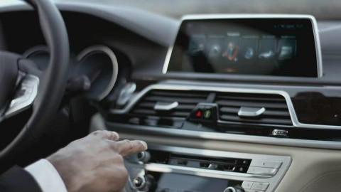 4S店体验宝马7系iDrive系统的手势识别功能