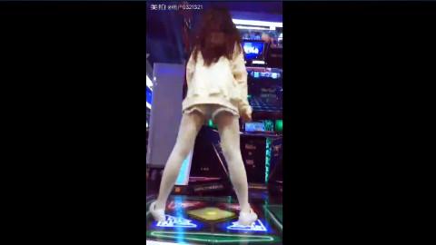 小情侣跳舞机花式虐狗,玩跳舞机这么好找女票?