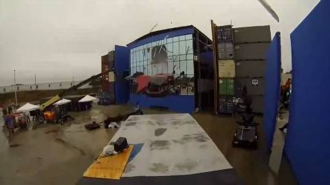 《速度与激情》片场拍摄,他们真的把一辆跑车射出了大楼!