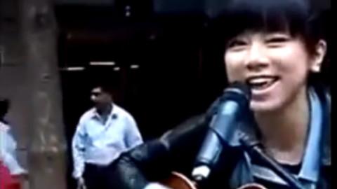 十六岁的邓紫棋在街头演唱