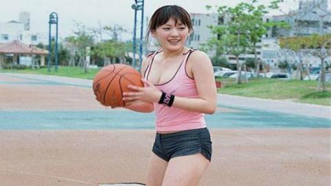 美女4V4篮球赛惊现女麦迪,超高命中+精妙传球厉害了我的姐!