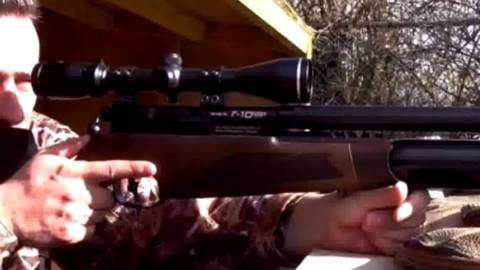老外用步枪狙击鸡圈老鼠,力争爆头。。