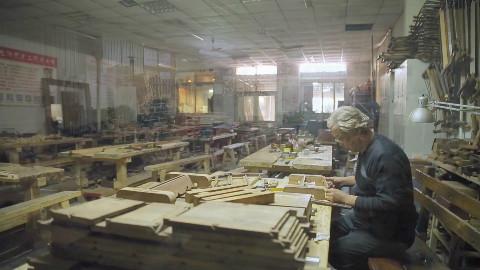 60岁,他用互联网教粉丝做木器