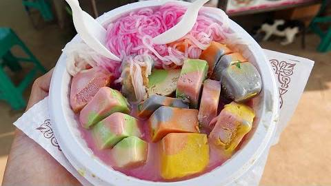 印度街头小吃-彩虹冰淇淋,看起来真不错,不过这手...