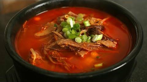 【Maangchi】教你制作蔬菜丰富的辣牛肉汤~